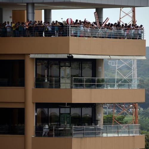 ミラフローレス閘門にあるビジターセンターの展望台から大勢の観光客が通過の船舶を眺めている | パナマ運河