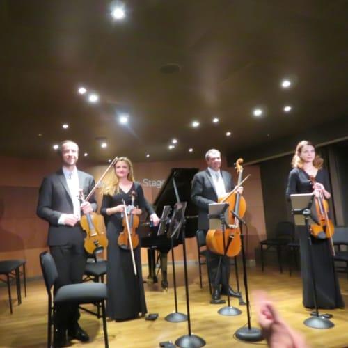 Lincoln Center Stage 毎日のように1日3回生演奏されるピアノと弦楽四重奏(チェロ・バイオリン・ビオラ)。HALの格調高い雰囲気をより一層醸し出す。 他にジャズ音楽やポピュラー音楽も1日3回生演奏。 | 客船ニュー・アムステルダムのアクティビティ、船内施設