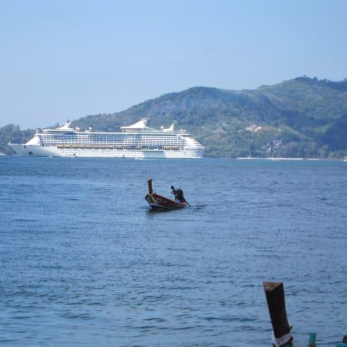 遠くから見ても、このデカさ❢❢ | ランカウイ島での客船ボイジャー・オブ・ザ・シーズ