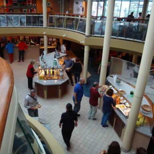 朝食、昼食はこのブッフェで。 | 客船プルマントゥール・モナークのブッフェ、フード&ドリンク