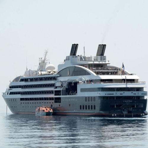 二日目:隠岐の島西郷港に寄港、ヨットハーバーのためテンダーボートで上陸 | 隠岐の島(島根)での客船ロストラル