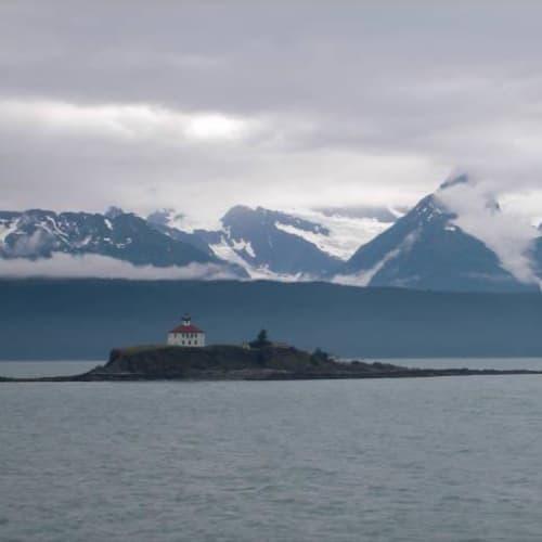 ジュノーに行く途中の景色。こんなところに教会?   ジュノー(アラスカ州)