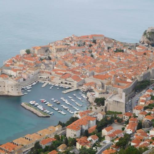 写真はドブロブニク旧市街です。ドブロブニクのエクスカーション情報を記載します。乗船後のリーフレットにより割引価格が記載されていたりするので、よく見て購入するといいです。(私はタクシー&シャトルバス利用)  Tours of Dubrovnik(3.5h,50ユーロ) /Discovering Dubrovnik by walk(2h,29.95ユーロ) /Walking tour of Cavtat and Dubrovnik(4h,44.95ユーロ) /Dubrovnik and its cable car(3.5h,55ユーロ→41.25ユーロ) /Discovering Dubrovnik in a Tuk tuk(2h,65ユーロ→48.75ユーロ) /Shuttle bus | ドゥブロヴニク