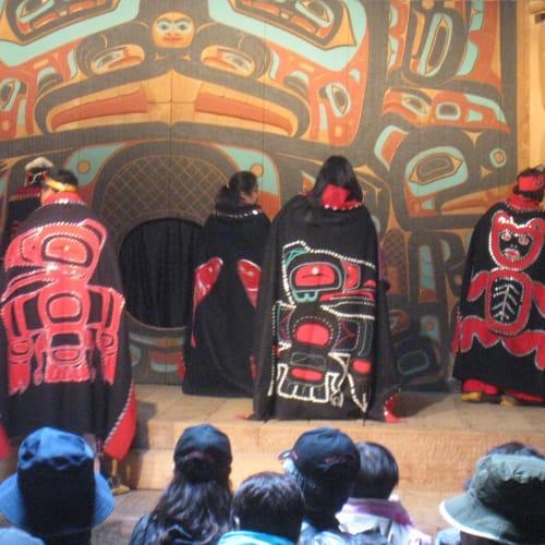 トリンギット族のダンス。興味深く拝見しました。小さいお子さんも一緒に踊っていました。 | ケチカン(レビジャヒヘド諸島 / アラスカ州)