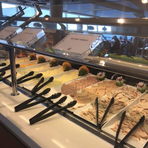 ウィンジャマ・カフェのビッフェ。16階にあるので、眺めが最高です。 | 客船ハーモニー・オブ・ザ・シーズのブッフェ、フード&ドリンク