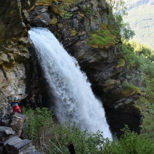 ハイキングで登った滝です。 狭い道を下まで降りると裏見の滝でした。 | ガイランゲル