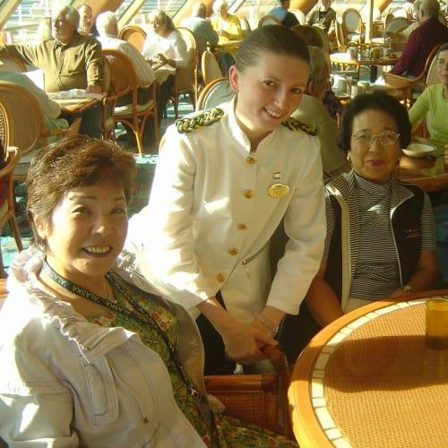 客船ドーン・プリンセスのブッフェ、乗客、クルー