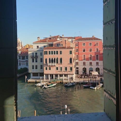 サンタルチア駅で余裕の11時過ぎにミラノに住むシチリア人のオペラ歌手の友人と待ち合わせていたのだが、大混乱の下船で何時間も大幅に遅刻 ヨット・クラブの優先下船の有難みが良く分かった  取り敢えず予約していた駅近くの老舗ホテル「ベッリーニ」に先にチェックインしてから逆にすれ違いの友人を待つ  悪い事ばかりではない カナル・グランデ側の素晴らしい部屋に通された | ヴェネツィア
