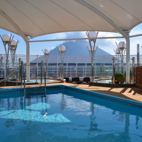 ヨットクラブ乗客専用エリアにはプールやジャグジー、バーも用意されている | 客船MSCディヴィーナの船内施設