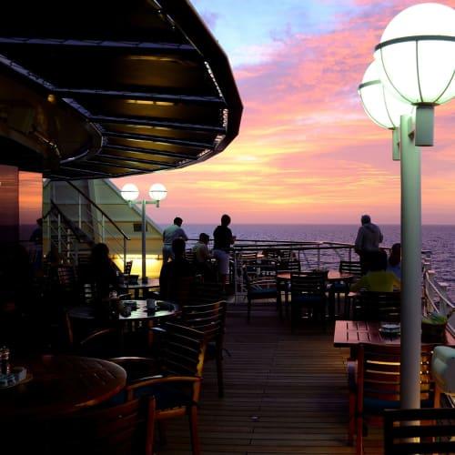 夕暮れ時のデッキ風景 | 客船クリスタル・セレニティの船内施設