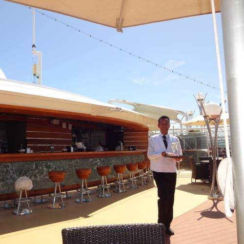 バトラーさんがプールサイドまで飲み物を持ってきてくれます。   客船MSCファンタジアのクルー、船内施設