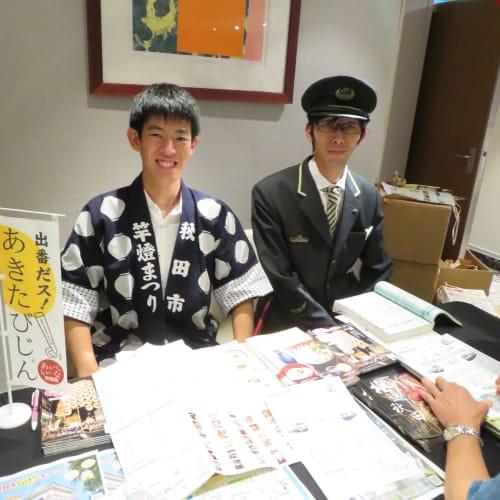 秋田のコーナーでは何とJR東日本社員が制服を着て応対。 クルーズ中に現地の担当者から寄港地観光の情報が得られるのは画期的。 | 秋田での客船セレブリティ・ミレニアム
