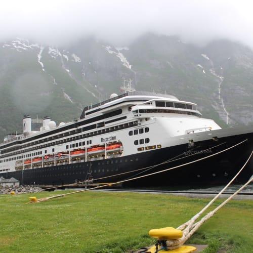 エイドフィヨルドに停泊中 | エイドフィヨルド(ハルダンゲル・フィヨルド)での客船ロッテルダム