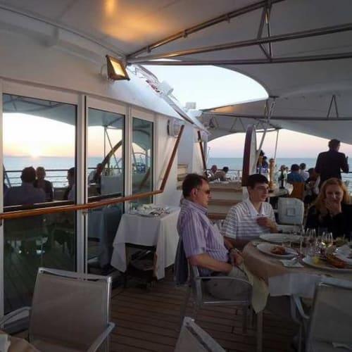 初日のスカイグリル。黄昏時でいい雰囲気でした。 | 客船シーボーン・スピリットのダイニング、船内施設