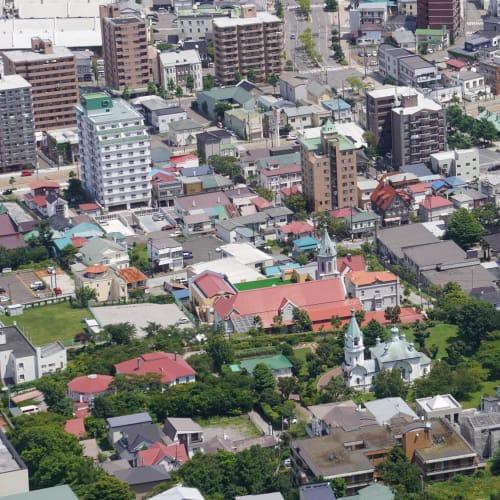 函館山から見える、函館ハリストス正教会周辺の眺めです。 残念ながら旧函館区公会堂は現在改装中のため見学を断念しました。 | 函館