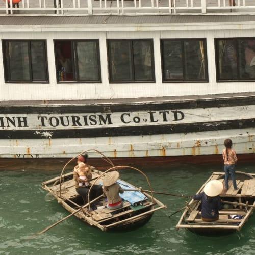 ハロン湾での客船クイーン・エリザベス