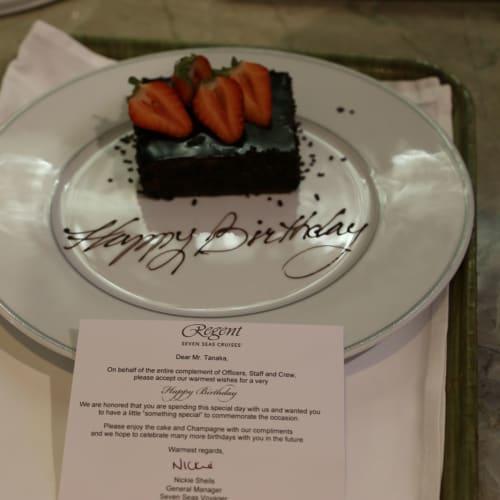 知人のお誕生日もしっかりお祝いしてくださいました。 | 客船セブンシーズ・ボイジャーのダイニング、フード&ドリンク
