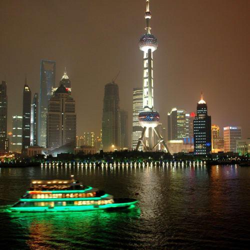 キャビンのバルコニーの目の前は夜景スポットの東方明洙塔 | 上海での客船レジェンド・オブ・ザ・シーズ