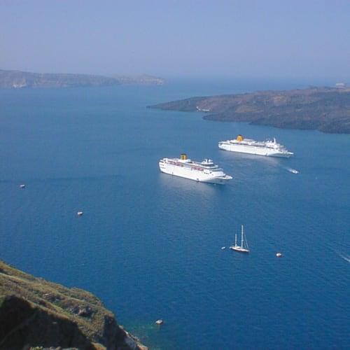 サントリーニ島 | サントリーニ島での客船コスタ・クラシカ
