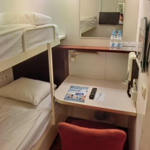 狭い客室で、収納などはありません。 | 客船スター・パイシスの客室