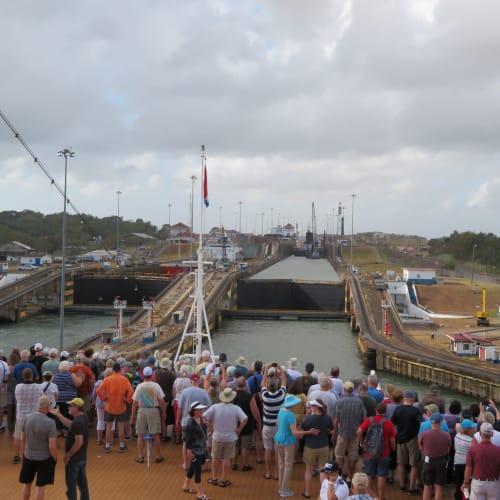 今回クルーズのハイライト・パナマ運河通過 パナマ運河ではバウが開放され、ガツンロックの3つのロック(閘門)を抜ける様子に見入る乗船客 | パナマ運河での客船ニュー・アムステルダム