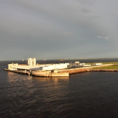 サンクトペテルブルグ港を出港し、夕食後にバルコニーから見た水門のような巨大施設です。 写真左奥がサンクトペテルブルグになります。   サンクトペテルブルク