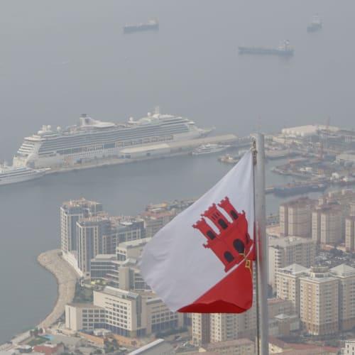 ジブラルタルの旗とBrilliance of the seas | ジブラルタルでの客船ブリリアンス・オブ・ザ・シーズ