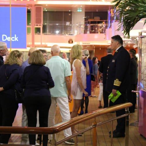 客船コーニングスダムの乗客、クルー、船内施設
