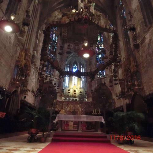 大聖堂内のガウディ作の天蓋 | パルマ・デ・マヨルカ(マヨルカ島)
