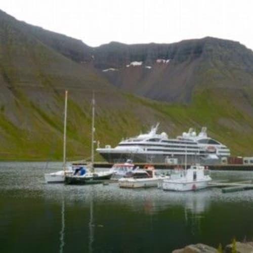 イーサフィヨルズルに停泊する船 | イーサフィヨルズゥルでの客船ル・ボレアル