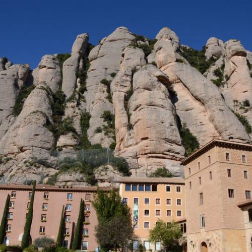 奇岩に囲まれたモンセラット修道院