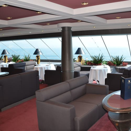 ヨットクラブ専用のトップセイルラウンジ、アルコールを含むドリンクとカナッペ、サンドイッチ等軽食が常時用意されている | 客船MSCディヴィーナの船内施設