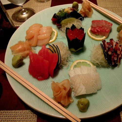 スペシャリテイレストラン「シルクロード」(松久信幸シエフプロデユース)での和食デイナーお刺身の盛り合わせ | 客船クリスタル・セレニティのダイニング、フード&ドリンク