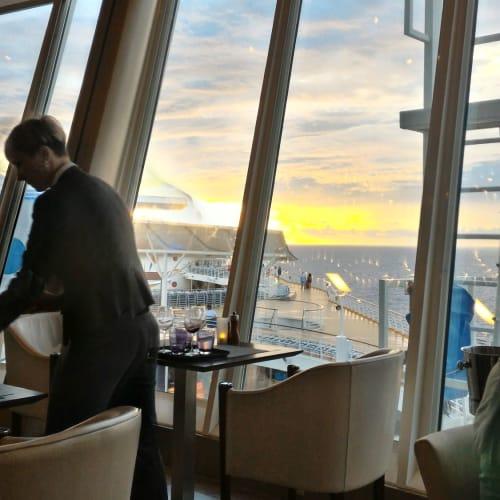 夕暮れ時、最上階のスイートラウンジにて夕食 | 客船アリュール・オブ・ザ・シーズの船内施設
