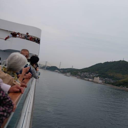 関門海峡くぐりにスタンバイする人々 | 客船コスタ・ネオロマンチカの外観
