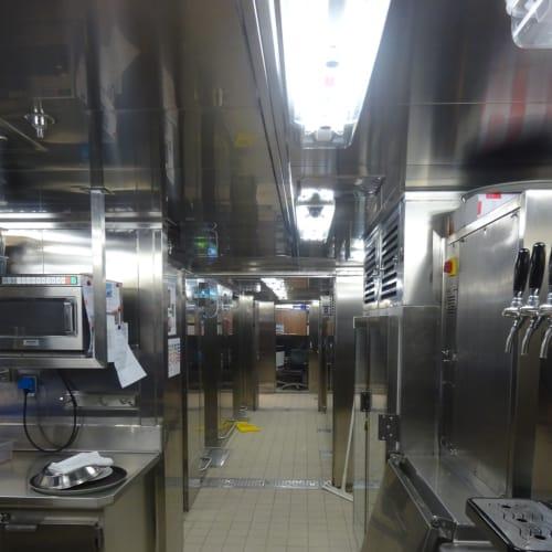 こちら4階レストランの厨房。丸窓から撮影しました。。清潔感あります。