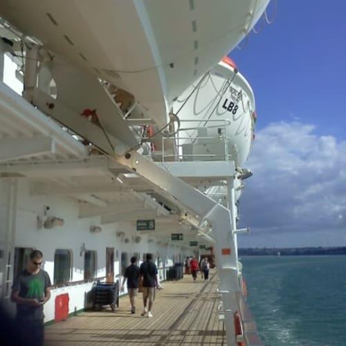 デッキでウォーキングができる。この船はデッキ一周できなかったような気がする。 | 客船パシフィック・パールの船内施設