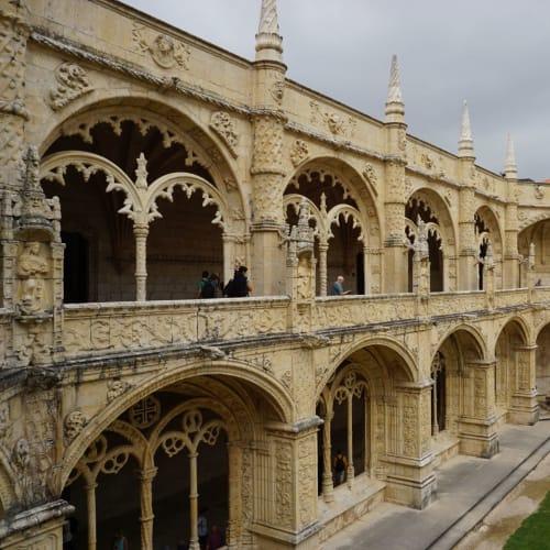 並んでる間に曇ってしまって残念な景色の修道院内部。 でも美しいです。 | リスボン
