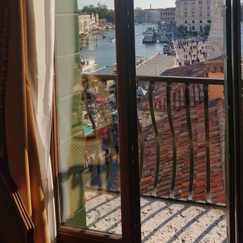 最上階4階のベランダ付きの角部屋に案内してくれた メイドさんも、この部屋がこのホテルで最高です!と 折しもお昼の鐘の音が鳴り響いた | ヴェネツィア