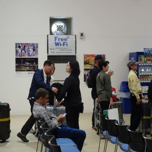 入国審査も終え、待合室をほぼ一周して、外に出ます。 | 横浜