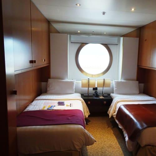 海側プレミアムの客室(6060)です。  飛鳥Ⅱ、ぱしふぃっくびいなす よりも広く感じました。 (二人掛けのソファーがないため?・・・椅子は二人分あり)