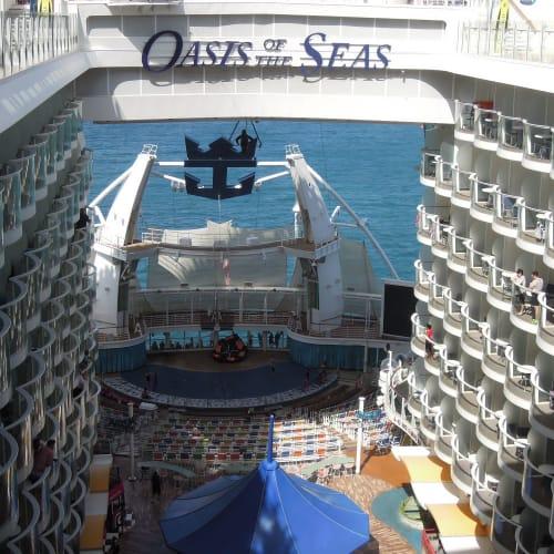 客船オアシス・オブ・ザ・シーズの外観、船内施設