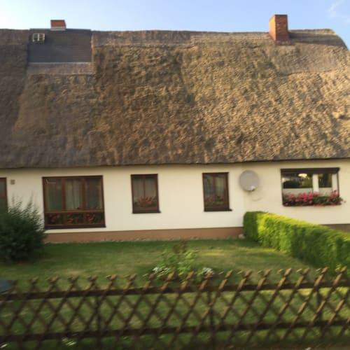 ヴァルデミュンデ。この萱葺き屋根のおうちは旧東独時代 の建物なのでしょうか?でもお庭はとても綺麗でした。 | ヴァーネミュンデ(ロストック)