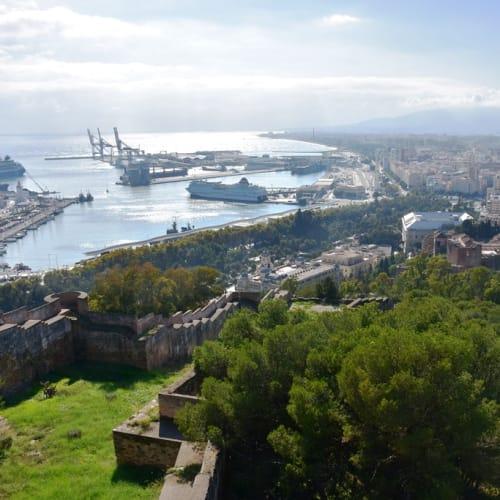 ヒフラルファロ城から見たマラガ港と市街。 | マラガ