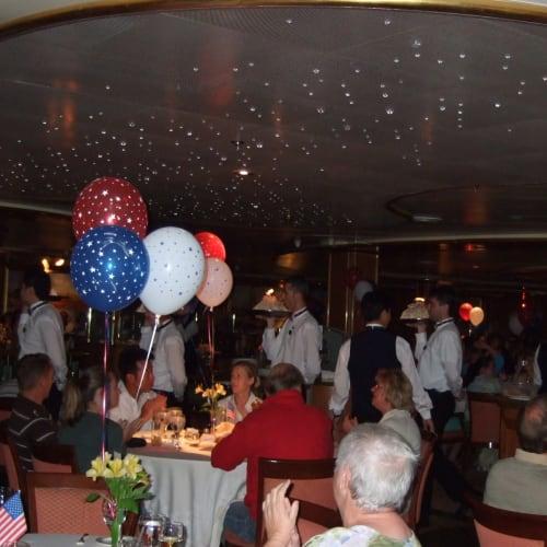 ベークドアラスカ | 客船ゴールデン・プリンセスのダイニング、乗客、アクティビティ