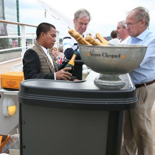 出港パーティでのシャンパン準備 | サウサンプトンでの客船クイーン・エリザベス 2