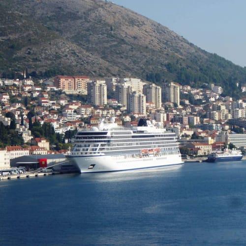 客船マリーナの外観