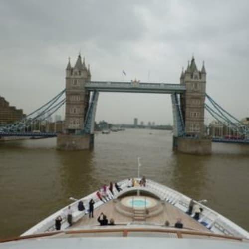 船が進むとタワーブリッジの通行は遮断され橋が上がりました。みなその瞬間を味わいたくて船の先端やラウンジに出ました。 | ティルベリー(ロンドン)