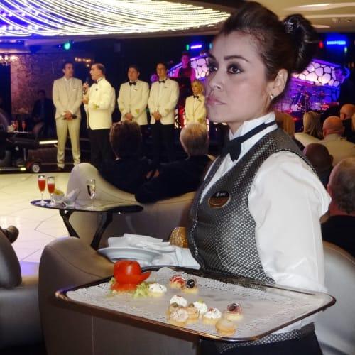 船長とクルーの招待カクテルパーティー | 客船MSCディヴィーナのクルー、船内施設