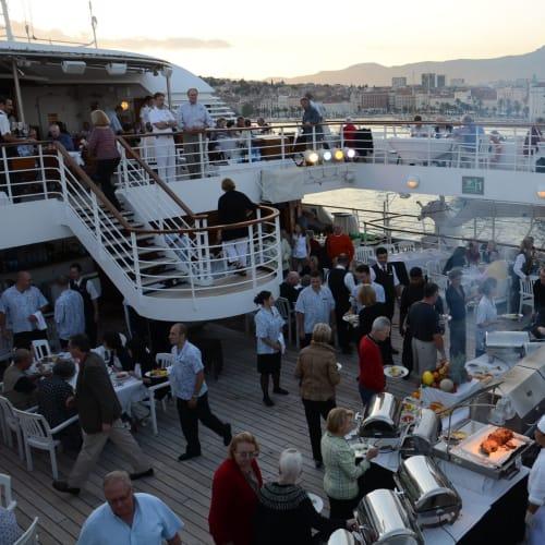 今夜のデイナーはデッキでBBQ | 客船シーボーン・スピリットの乗客、クルー、フード&ドリンク